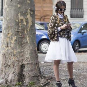 Excentrica Deea poartă rochie cu ie - Izabela Mandoiu