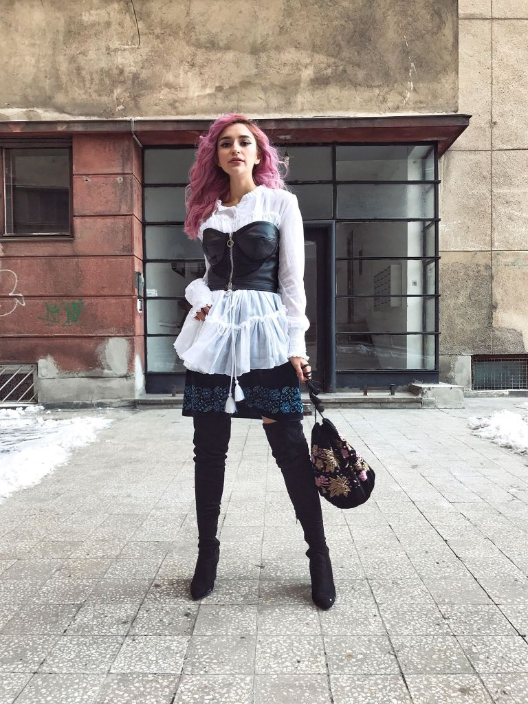 Izabela Mandoiu semne cusute  - Larisa Raicu blogger